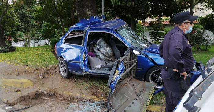 Conductor atrapado tras impactar contra un árbol