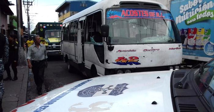 Motorista de la ruta 42 resulta lesionado luego de un ataque armado contra la unidad, en el centro de San Salvador