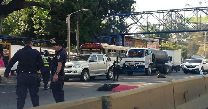 Peatón muere al ser atropellado cerca de una pasarela en Autopista Los Chorros