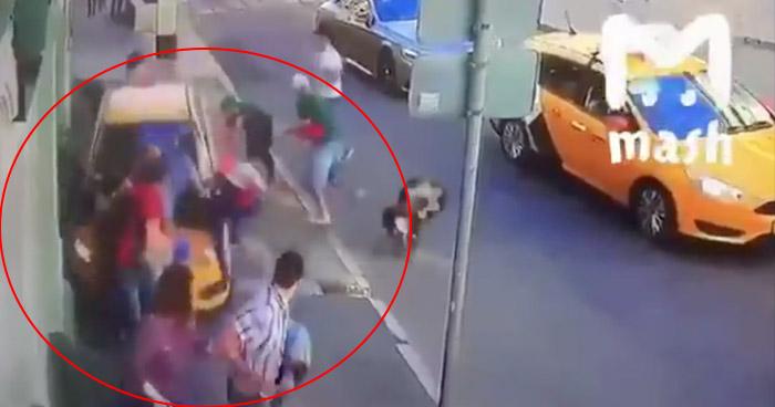 Momento en que conductor de un taxi arrolla a varios peatones en una calle de Moscú, Rusia