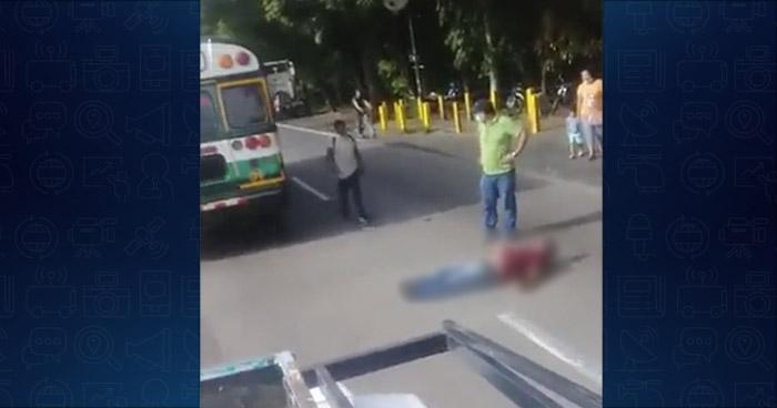 Lesionado tras caer de un autobús Ruta 106 en carretera de Santa Ana
