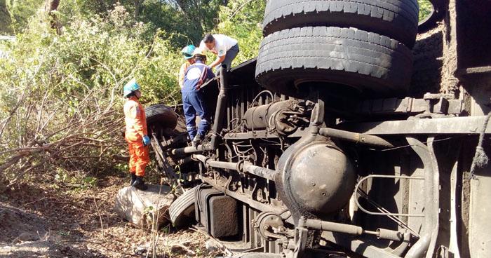 Abuela y nieta mueren en autobús que se precipitó a un barranco en Chalatenango