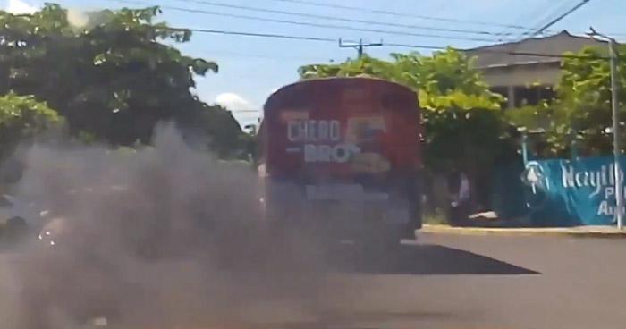 Captan a autobús de Ruta 44 emanando grandes cantidades de humo