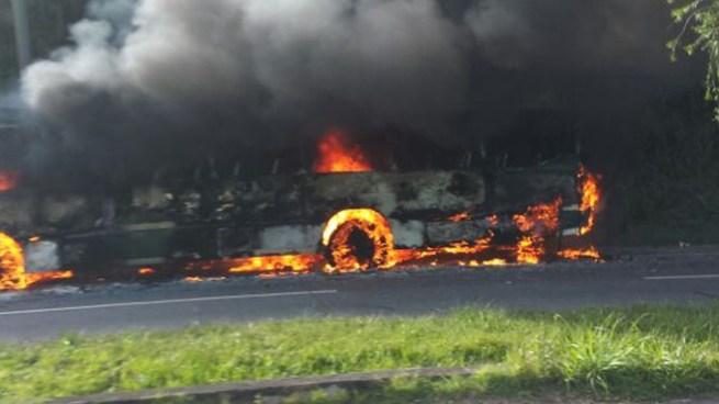 Autobús se incendia sobre la autopista a Comalapa