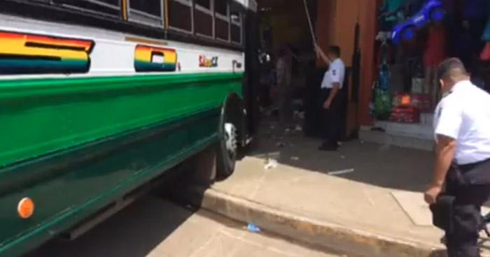Autobús R-205 se estrella con un puesto de venta cerca de la terminal nueva de Sonsonate