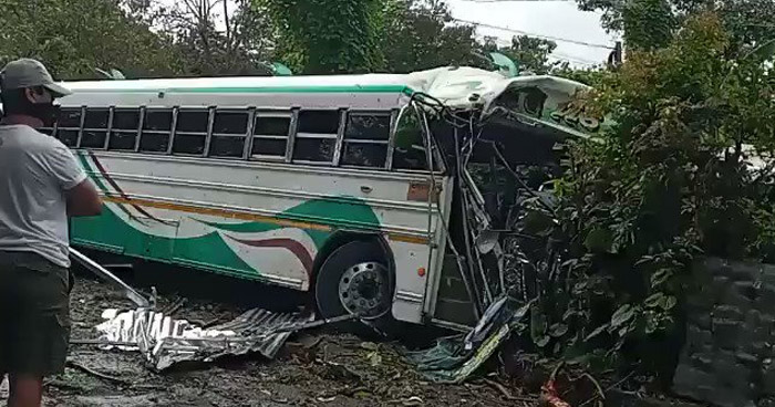 Autobús impacta contra una vivienda en carretera Panamericana