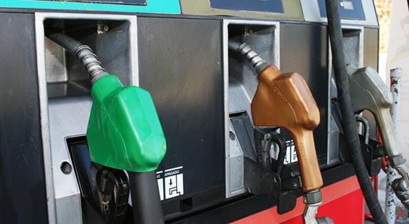 Precios de los combustibles presentarán una leve baja a partir de mañana
