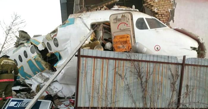 Avión con 100 personas a bordo se estrella en Kazajistán