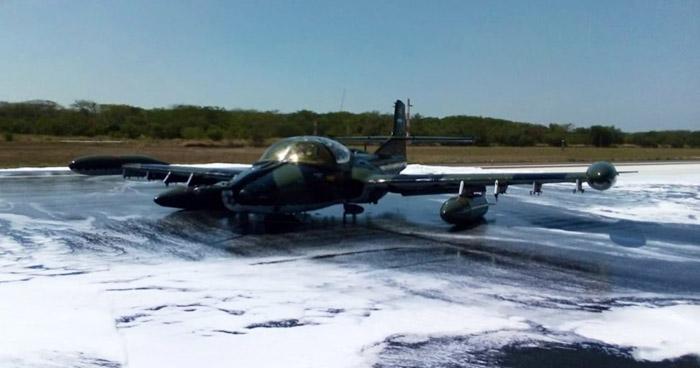 Avión de la Fuerza Aérea aterrizo de emergencia en el Aeropuerto San Oscar Romero