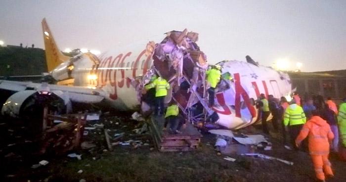 Avión se sale de la pista y se parte en dos en Estambul