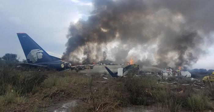 Avión de AeroMexico se desploma cuando despegaba en Durango, México