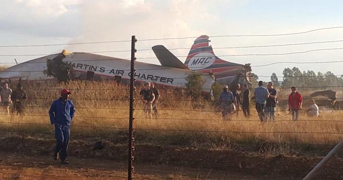 Un muerto y 20 heridos al estrellarse avión construido hace 64 años en Sudáfrica