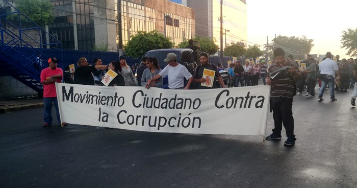 Manifestantes bloquean el Bulevar Tutunichapa frente al centro judicial Isidro Menéndez