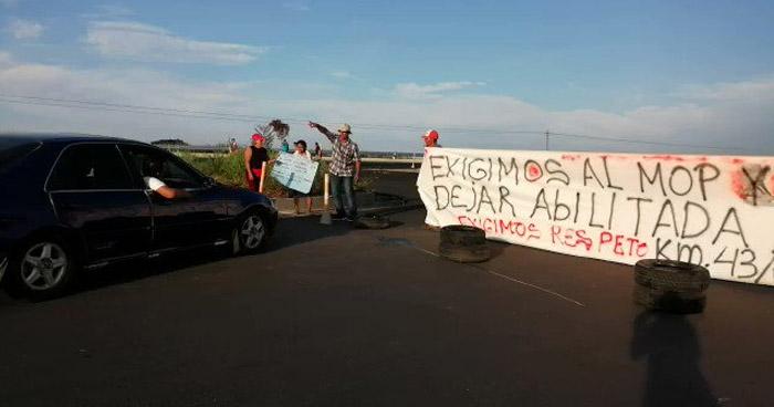 Cierran carretera Litoral en acción de protesta por bloqueo de ingresos a comunidades
