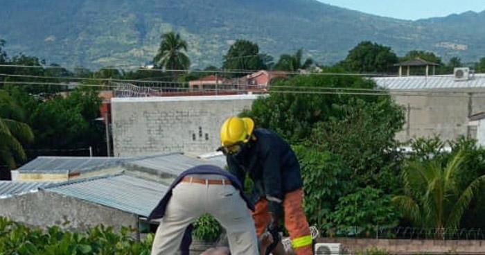Trabajadores lesionados tras recibir descarga eléctrica en colonia de San Miguel