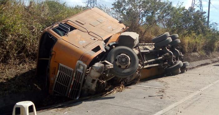 Conductor lesionado tras volcar camión cerca del redondel Integración