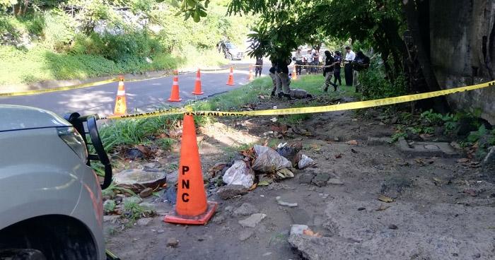 Hallan cadáver envuelto en sábanas en carretera de Ahuachapán