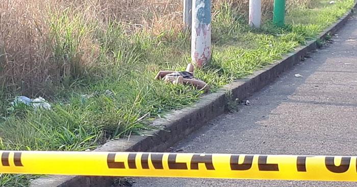 Encuentran cadáver atado de pies y manos en carretera a Santa Ana