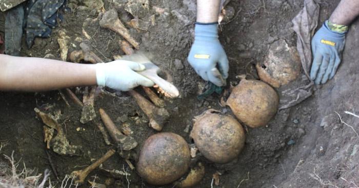 Exhuman osamentas de víctimas de la masacre de El Mozote