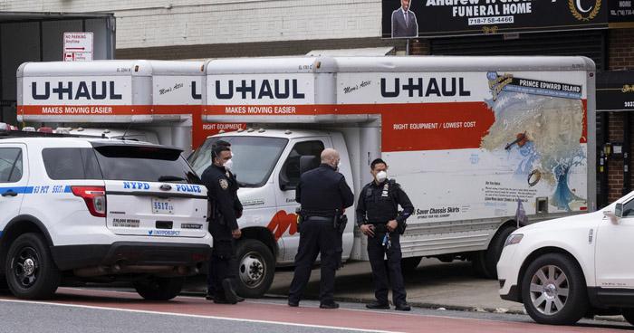 Encuentran docenas de cuerpos en descomposición dentro de camiones en Nueva York