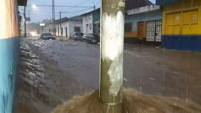 Las lluvias inundaron este Martes las calles de Sonzacate en Sonsonate