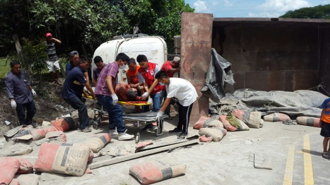 Un camión volcó en Sensuntepeque dejando dos hombre lesionados