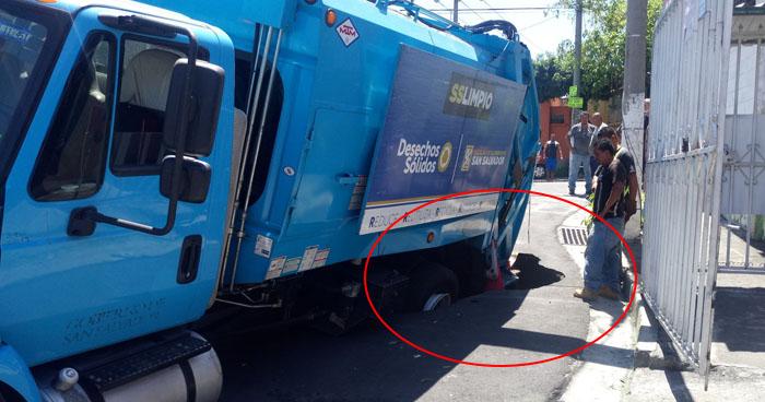 Camión recolector de basura se hunde en la entrada de una residencial de San Salvador
