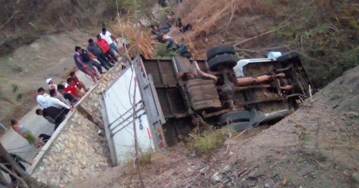 Mueren 25 migrantes centroamericanos luego que camión volcara en Chiapas, México