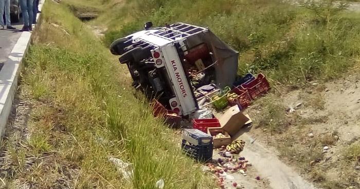 Dos lesionados tras vuelco de camión en carretera a Comalapa