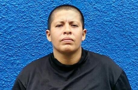 Policías detienen en flagrancia a mujer que asaltaba con un cuchillo en Mejicanos