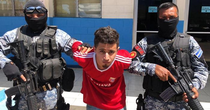 Capturan a pandillero acusado de participar en asesinato de dos policías