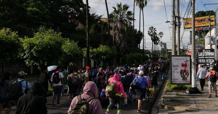 Cientos de migrantes en caravana inician su recorrido con rumbo hacia Estados Unidos