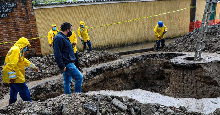 Colapso de tuberías provoca formación de cárcava en calle Las Palmas, San Salvador