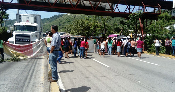 Paso cerrado en autopista Comalapa por sindicalistas