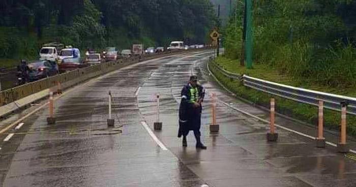 Restringen paso en carretera Los Chorros por peligro de derrumbes
