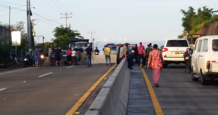 Cierran paso en carretera al Puerto de La Libertad en acción de protesta