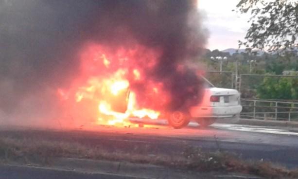 VIDEO   Un vehículo se incendio esta tarde en la carretera de Oro