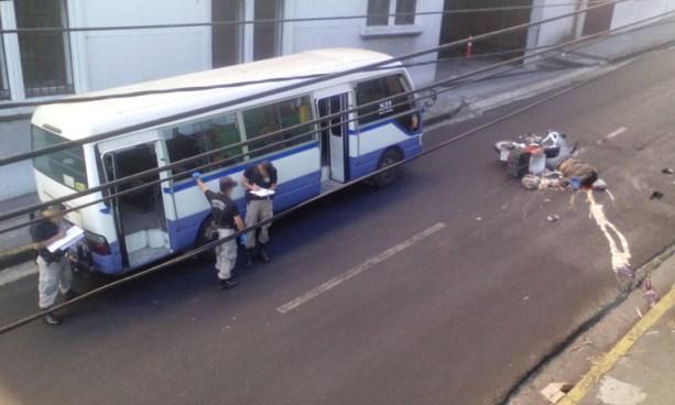 Microbuseros que peleaban vía matan a un motociclista en el centro de San Salvador
