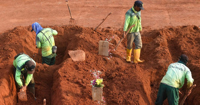 Indonesia castiga con cavar tumbas a quienes se niegan a usar mascarilla