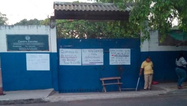 Cierran centro escolar de Soyapango en acción de protesta y piden la destitución del director