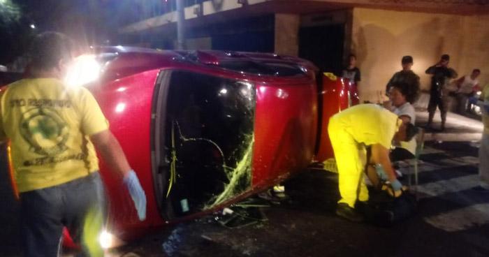 Conductora vuelca tras chocar por no respetar un alto en Avenida España