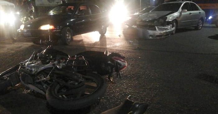 Conductor realiza giro indebido, provoca choque y deja dos lesionados