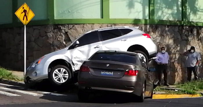 Conductor ocasiona fuerte choque en 75 Avenida Norte de San Salvador