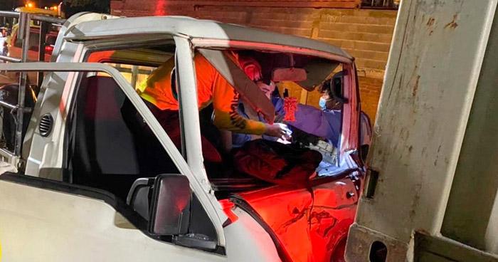 Rescatan a conductor atrapado dentro de su vehículo tras chocar con un camión