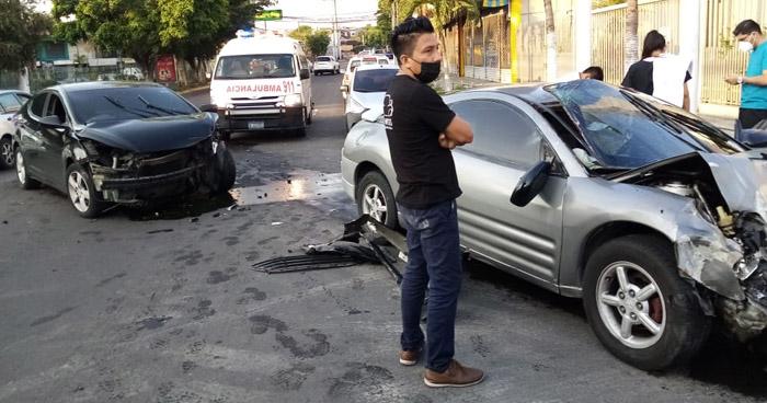 Dos lesionados tras fuerte choque en Avenida Bernal, San Salvador