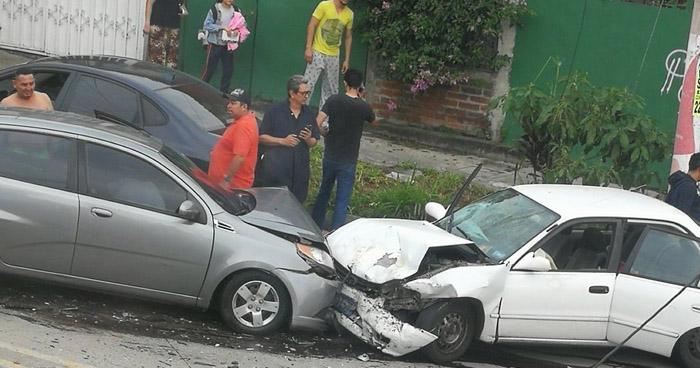 Conductor se duerme por estar ebrio y provoca un múltiple choque en final de la Avenida Bernal