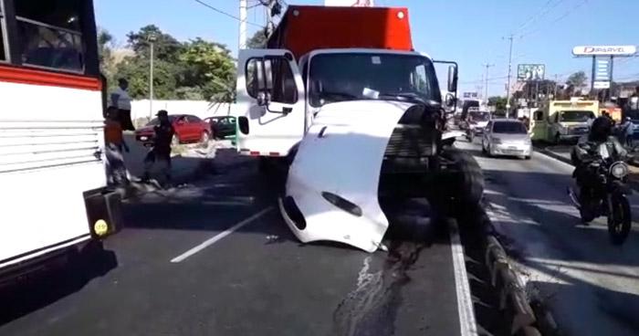 Tres lesionados por choque en Bulevar del Ejército, Soyapango