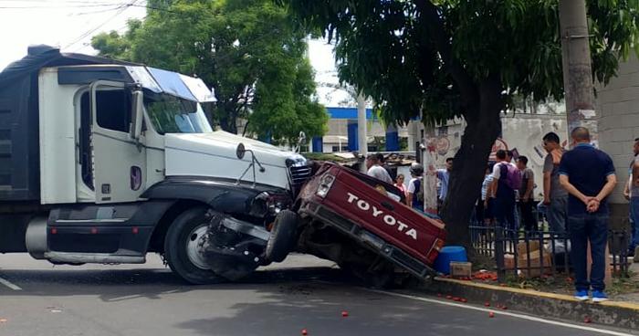 Tres vehículos involucrados en choque sobre el Bulevar del Ejército