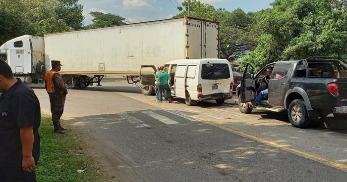 Varios lesionados tras triple choque en carretera de San Juan Opico