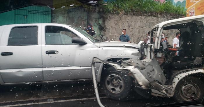 Cuatro lesionados tras fuerte choque en calle Agua Caliente